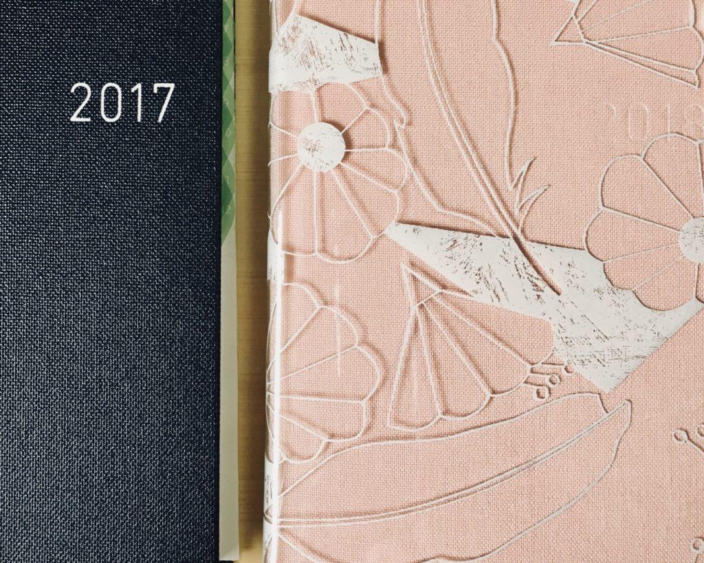 去年の手帳とカバーをつけた今年の手帳